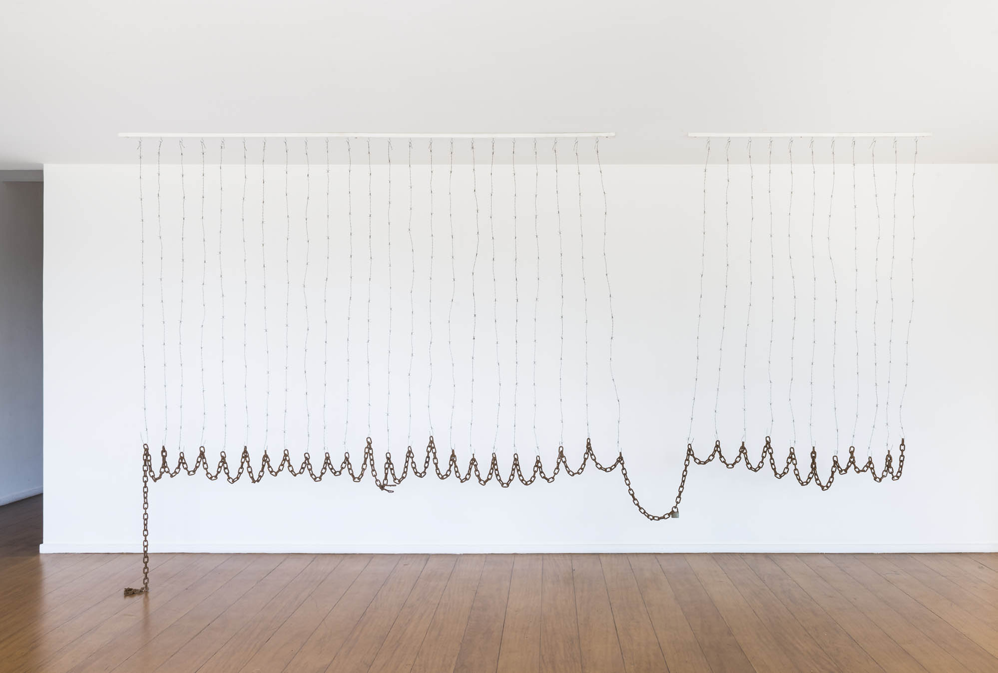 Curtain Calls,  2019  arame farpado e correntes |  barbed wire and chains   280 x 490 cm  | 110 15/64 x 192 29/32
