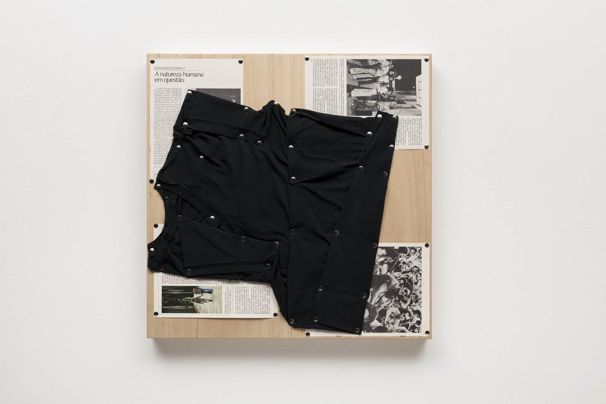 Spatial Constraints #1, 2019   camiseta, páginas de livro e pinos de aço sobre madeira |  plywood, t-shirts, book pages, steel pushpins   61 x 61 x 5 cm | 24 x 24 x 2 in