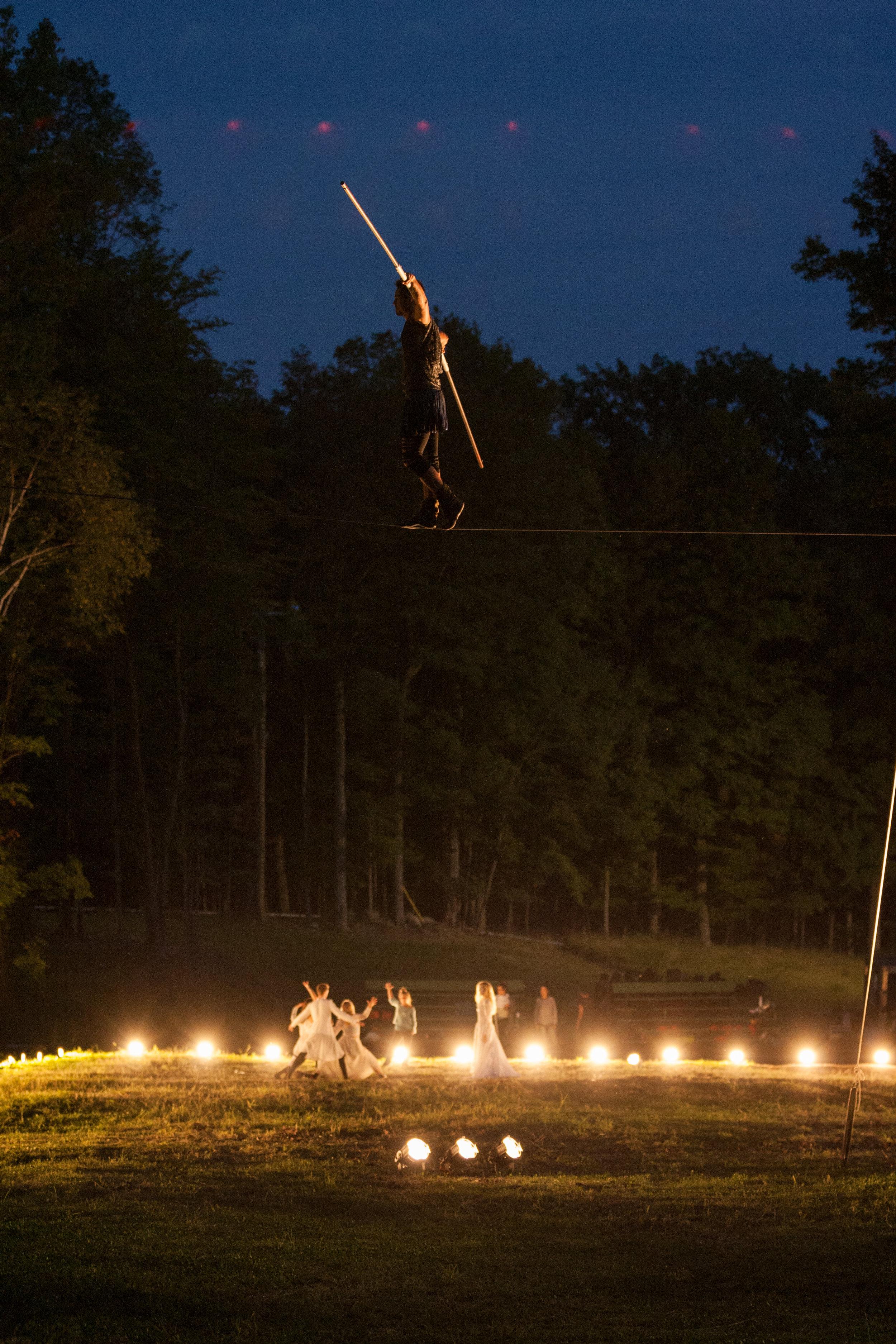Les étoiles tomberont - Parcours extérieur multidisciplinaire où théâtre, cirque et danse se croisent et se mélangent pour raconter les légendes des constellations.