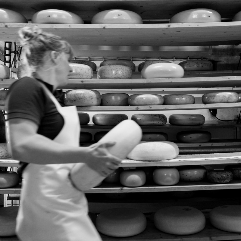 BOOIJ KAASMAKERS  Voor ons is kaas niet gewoon.   Naast onze eigen boerenkazen verkopen we een groeiend buitenlands assortiment kazen, geselecteerd op kleine ambachtelijke producenten en bij voorkeur van rauwe melk. Deze kazen verkopen we alleen als ze mooi rijp zijn;veel worden door onszelf geaffineerd, ofwel afgerijpt. De kaasmeisjes voorzien de kazen van uitleg en enthousiaste toelichting. Wilt u kennis met ons maken? Neem dan een kaasplank:een mooie weergave van wat wij doen!    www.booijkaasmakers.nl