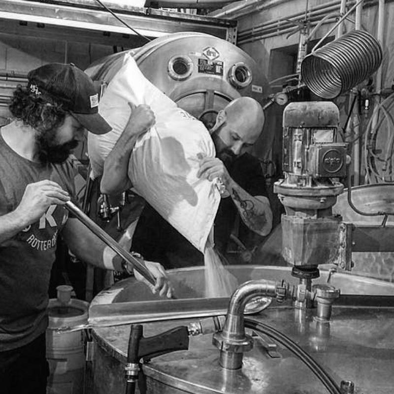 KAAPSE BROUWERS  De jongste stadsbrouwerij van Rotterdam.   Ze kiezen voor gedurfde recepten, smaakexperimenten en ouderwetse bieren in een Rotterdams jasje. Geïnspireerd op de haven en gevestigd in de Fenixloods brouwen ze stoere non-conformistische stadsbieren voor een nieuwe generatie bierdrinkers; de Kaapse Brouwers introduceren u de craftbeer revolution.     www.kaapsebrouwers.nl