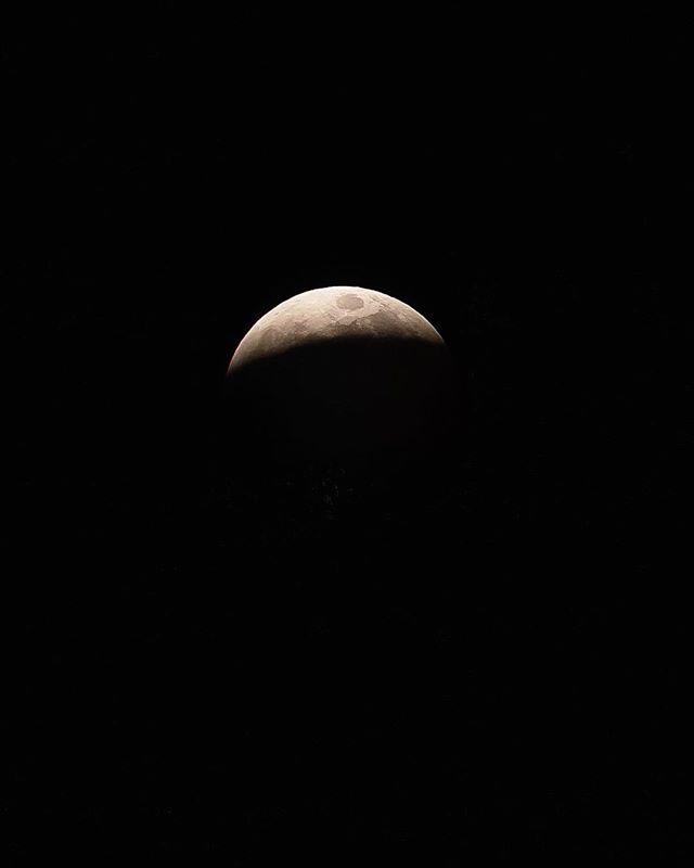 Wolfmoon 🌙 _ #superbloodwolfmoon #sonyalpha #sonya7riii w/ @kelsmaeo
