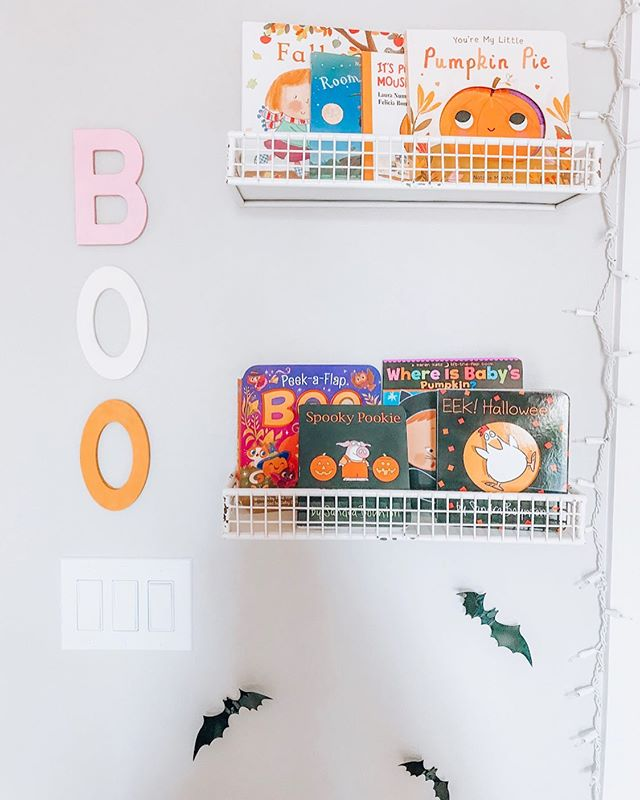 HALLOWEEN / FALL BOOK WALL 👻🍂 I usually don't get super into Halloween (saving all my energy for Christmas), but I am FEELING it this year, especially all the cute books! I think we'll make this our seasonal book shelf from now on. 👏🏻