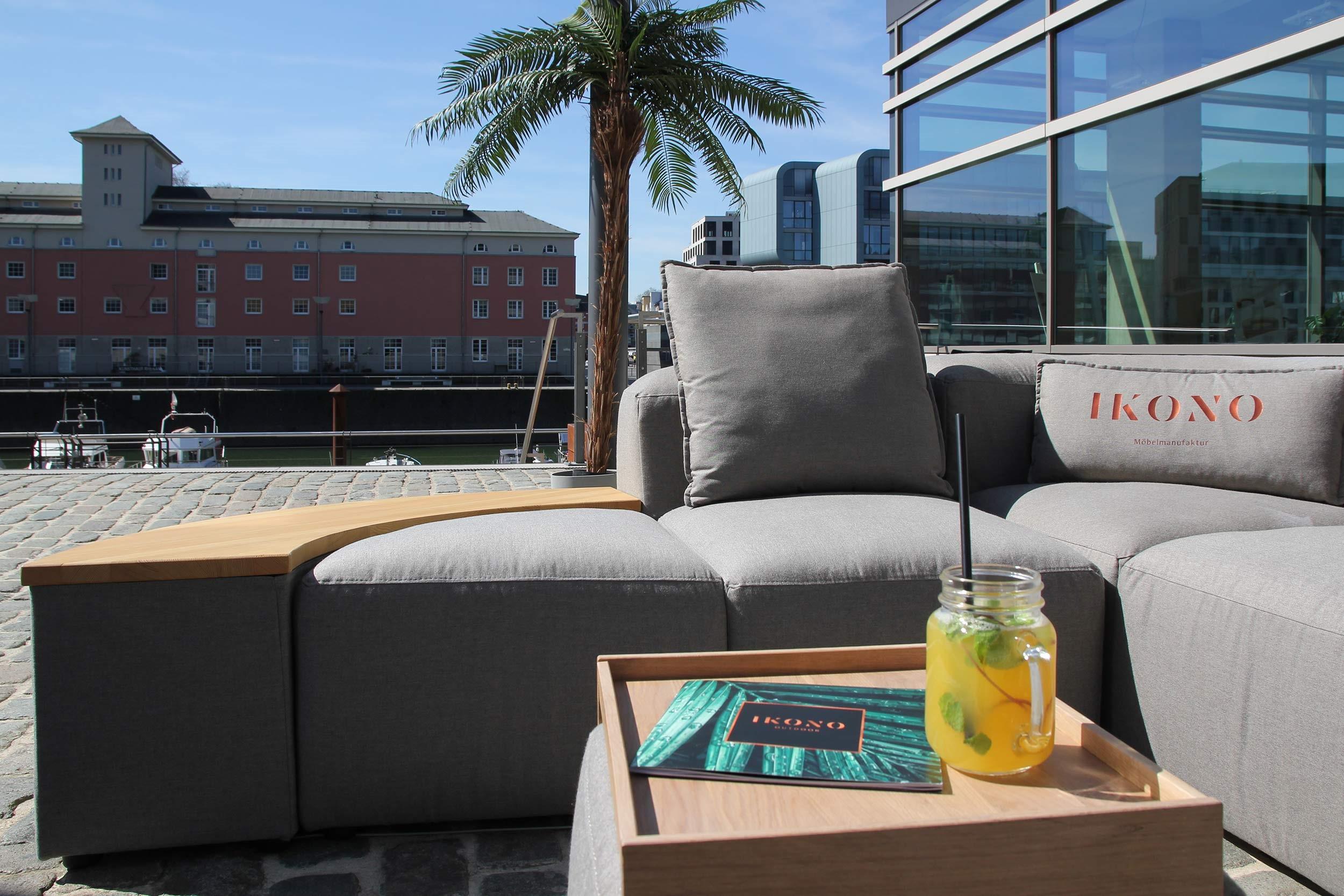 Außenbereich-Showroom-runde-Lounge-Outdoor-HafenRaum.jpg