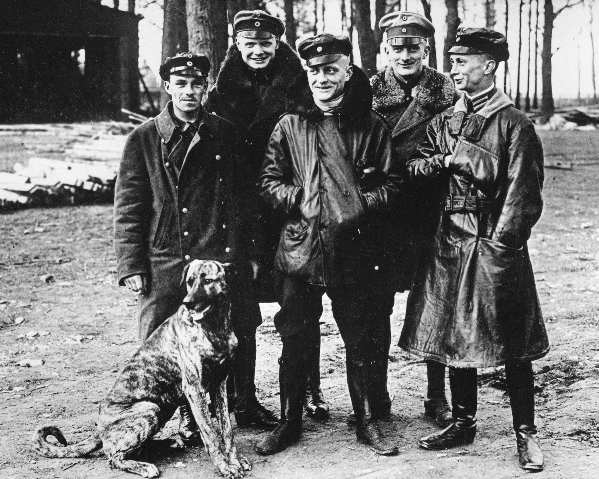 Manfred von Richthofen (centre), his dog and some members of the squadron Jasta 2.