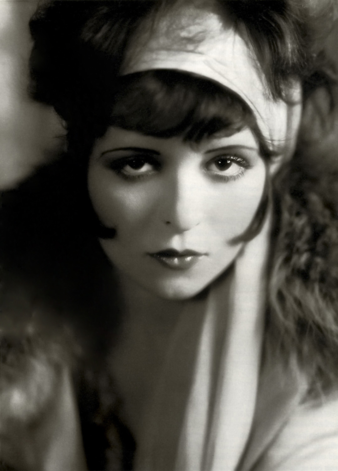 Clara Bow (1905 – 1965), one of the most famous rising stars of silent movie era. Her look inspired thousends of young women making their first approach to make-up products.