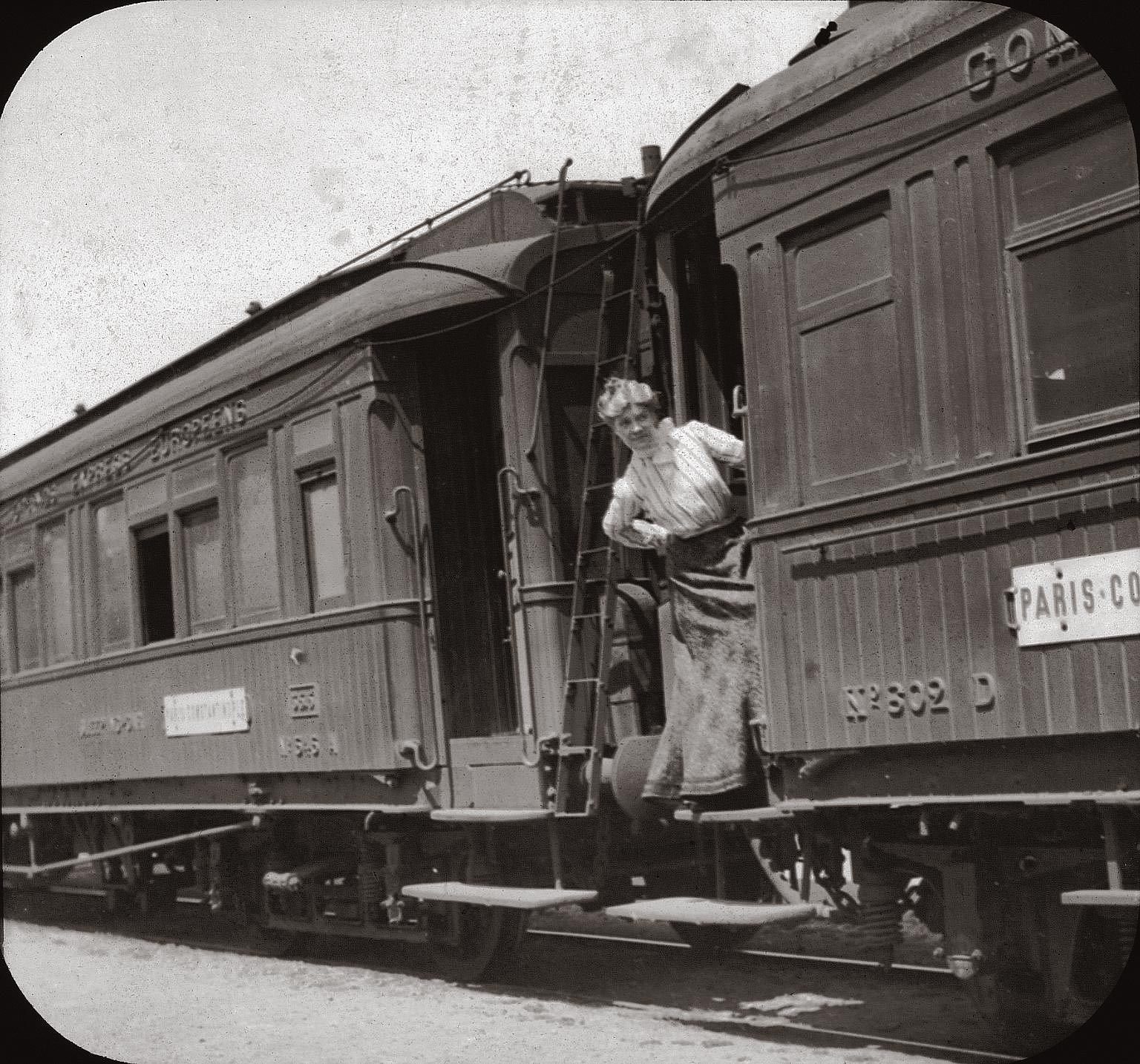 Photos from this period are rare.  This picture shows an American lady during a stop of the Orient Express at Niš (Serbia) in 1903
