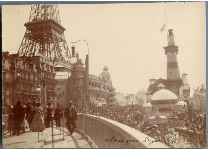 An original picture of 1900 Paris Universal Exhibition from my personal collection. I don't know who took this pic or from who my great-great grandmother received it. I know it is from the 1900 exhibit because I can clearly see the building of the German  Merchant Navy on the right.  This building  I can recognize because it is  also reported on a postcard I will later show you in this post.  I can also recognize something I had descovered writing on this topic: the moving sidewalk, a moving walkway taking visitors from a place to another. A new stuff for the time, specially built for the 1900 expo.