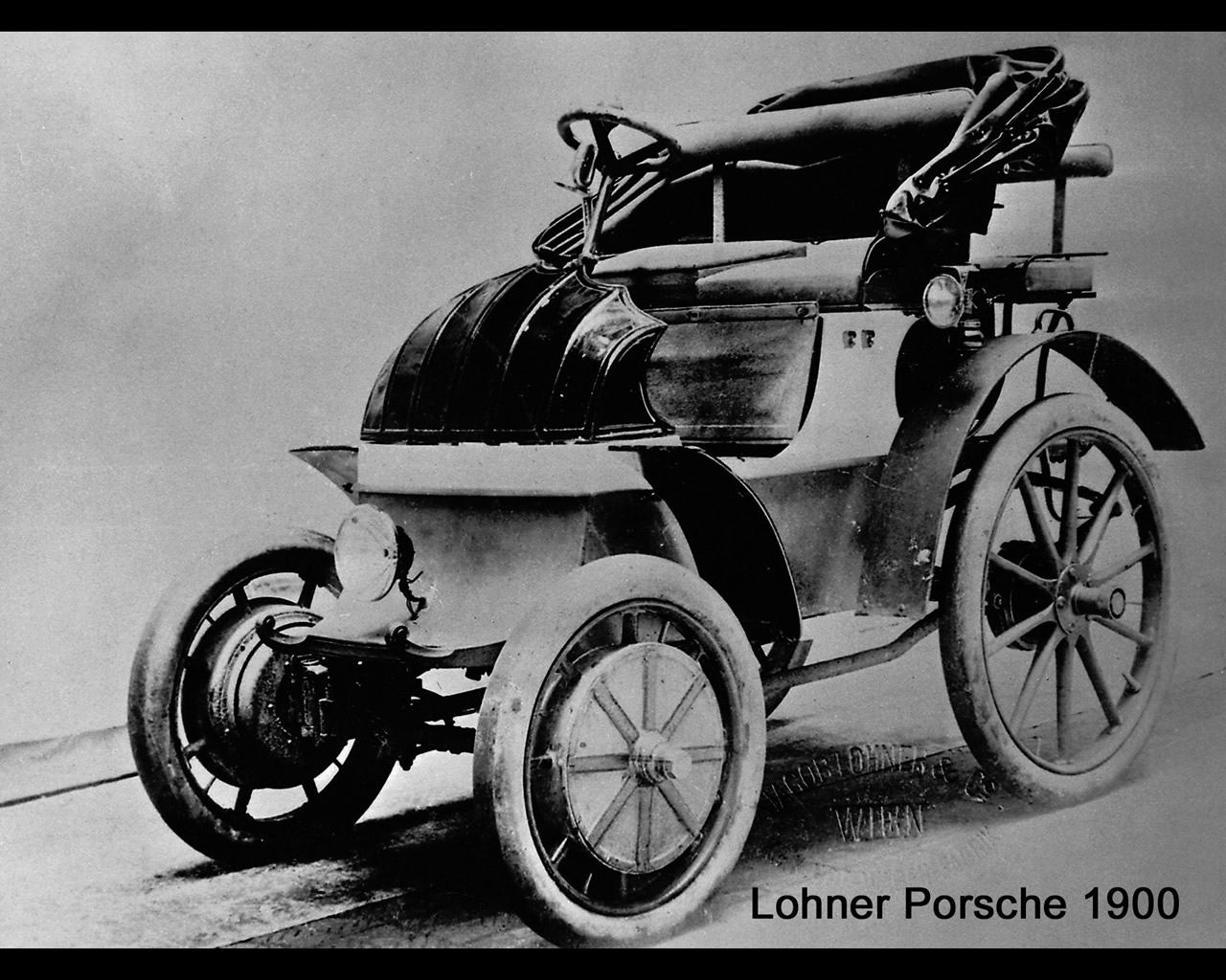 The Lohner-Porsche-mixte-hybrid-630 electric car presented at the 1900 Paris world expo.
