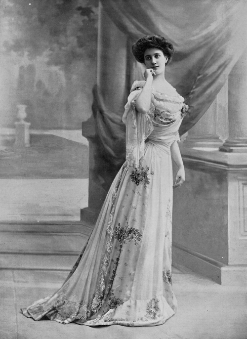 Jeanne Paquin. Evening gown. Reutlinger, Les Modes May 1902