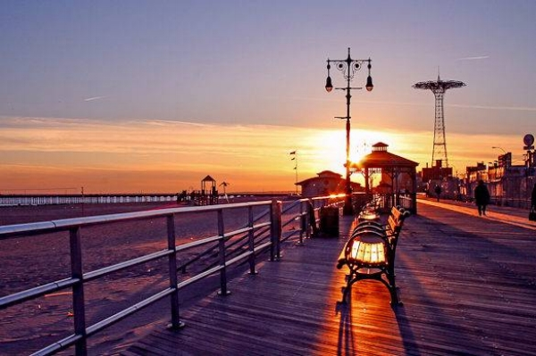 Coney Island, the weekend hideaway where to enjoy a barefooted walk on the promenade. Not just for Brooklynites.