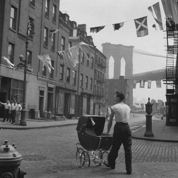 Father strolling with his child at Lower East Side by the Brooklyn Bridge. Brooklyn, 1947