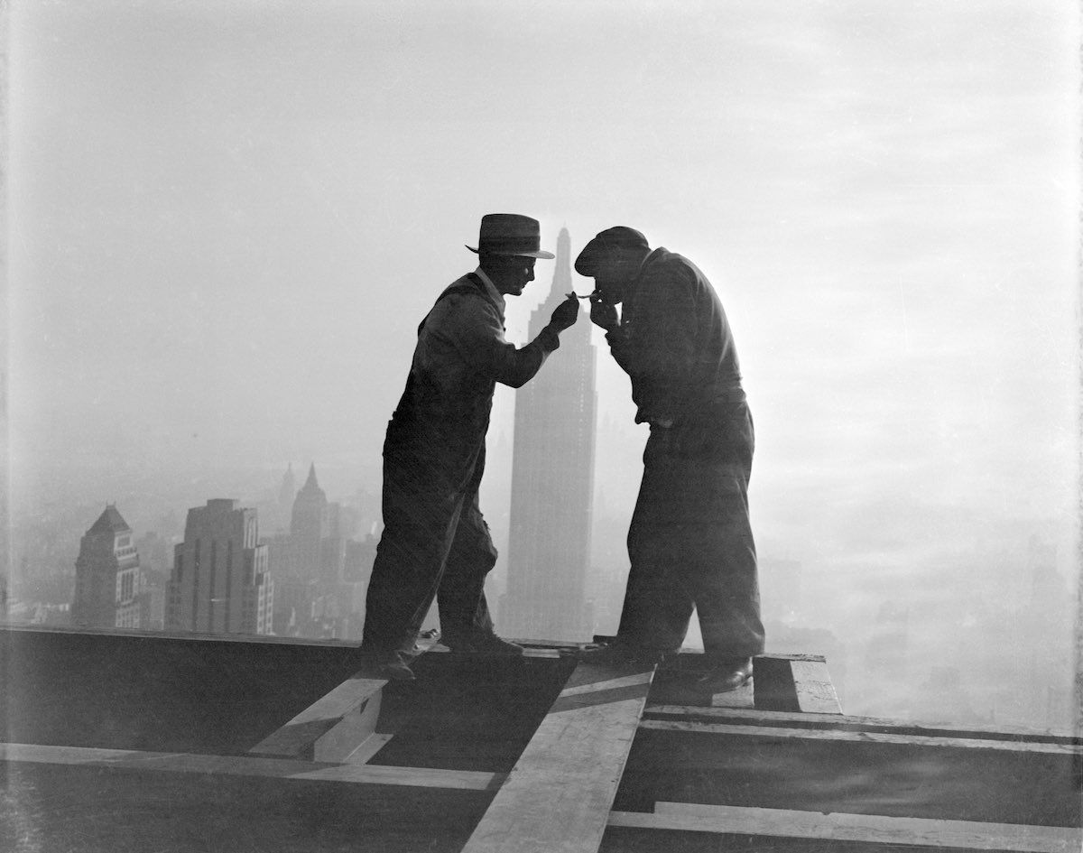 Lighting up a sigarette on the Empire State, 1932
