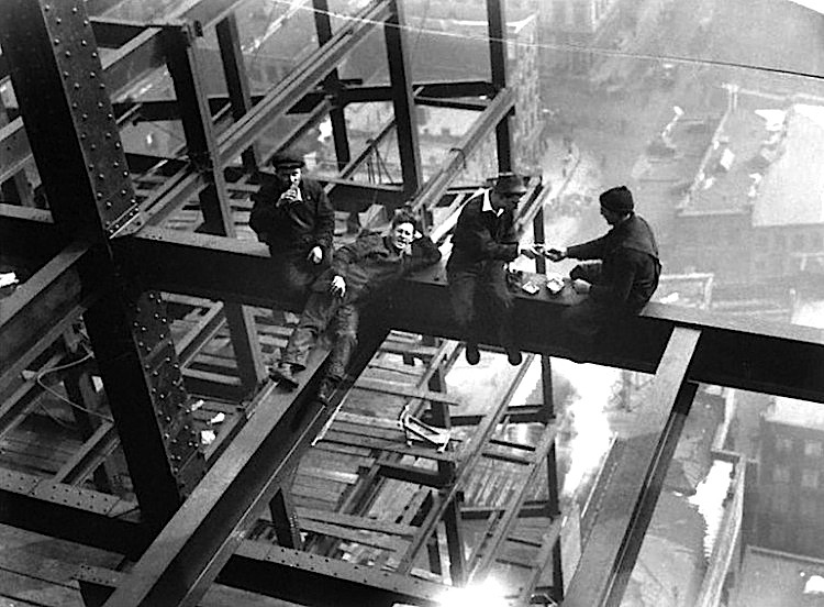 Charles Clyde Ebbets - Cunstruction workers on top of GE Building, the heart of Rockefeller Center, 1932