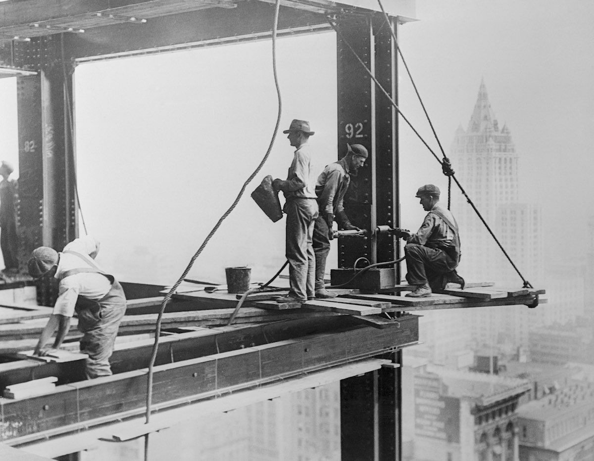 These daredevil workers on the Empire State Building were fearless! They were unaware of beeing the pioneer subjects of the extreme photography. New York, 1930