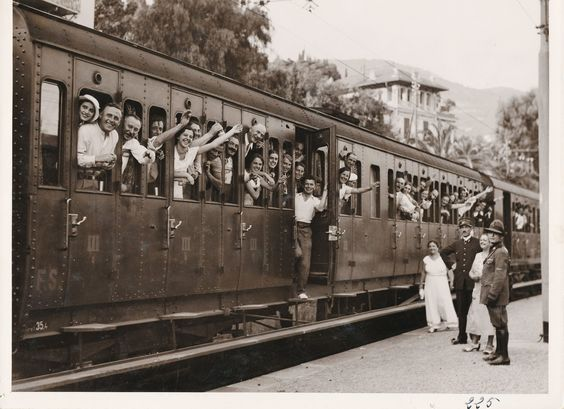 Passengers saying goodbye to the city of Alassio (Ligurian Riviera), end of summer vacations, 1930s ( Regione Liguria  - Historical Archive)