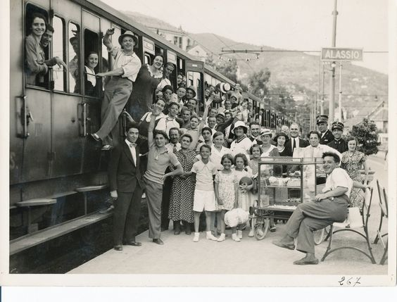 Passengers arriving in the city of Alassio (Ligurian Riviera) at the beginning of the summer season, 1930s ( Regione Liguria  - Historical Archive)