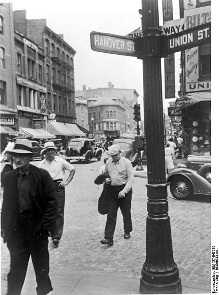 Roaming around the streets of Boston North End, 1930s (Bundesarchiv Bild - German Federal Archive)