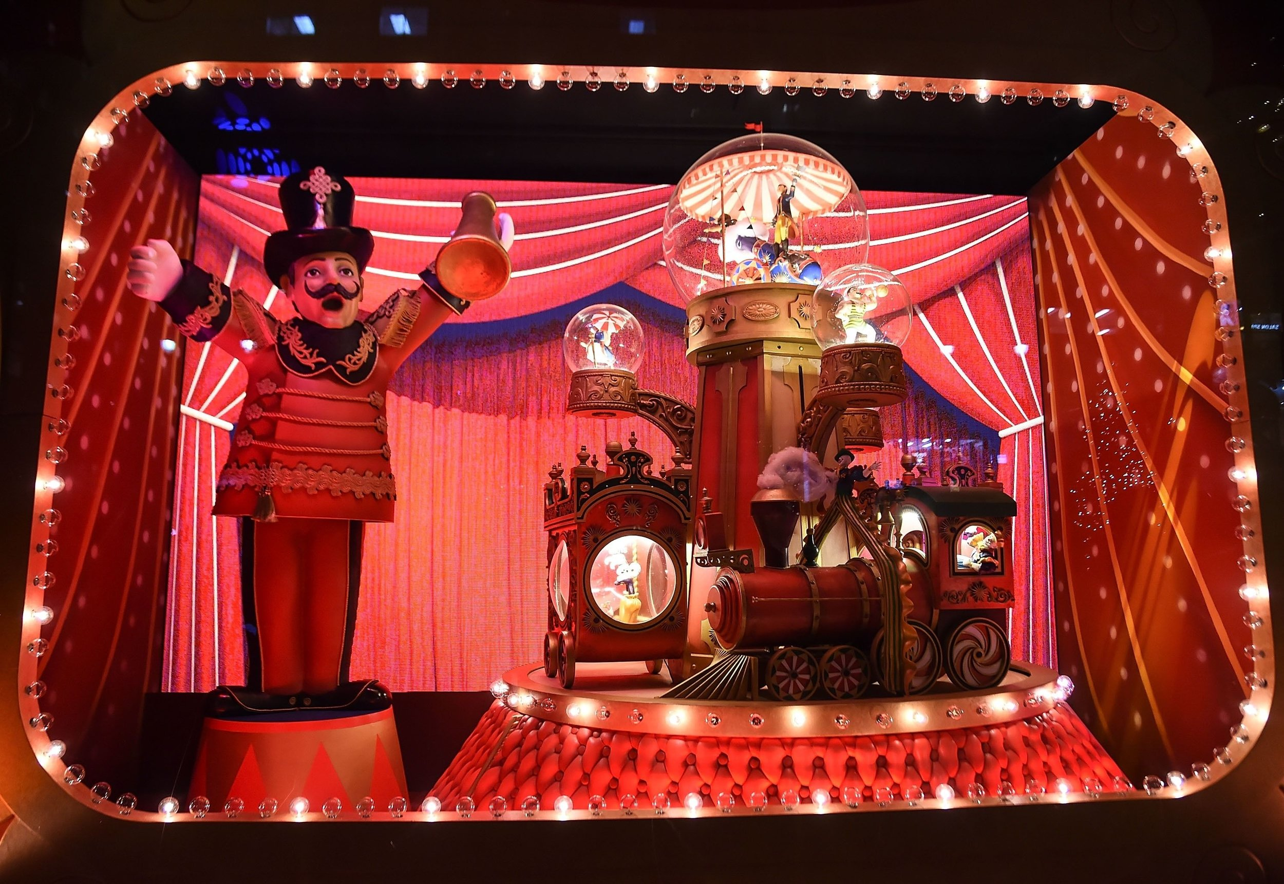 Lord & Taylor  unveiled its 80th annual world-famous holiday windows on November 9 with a magnificent event with live performances that anticipated window reveal. They introduced this year's spectacular window theme of  The Best And The Brightest  to a bustling crowd.New York, 2017