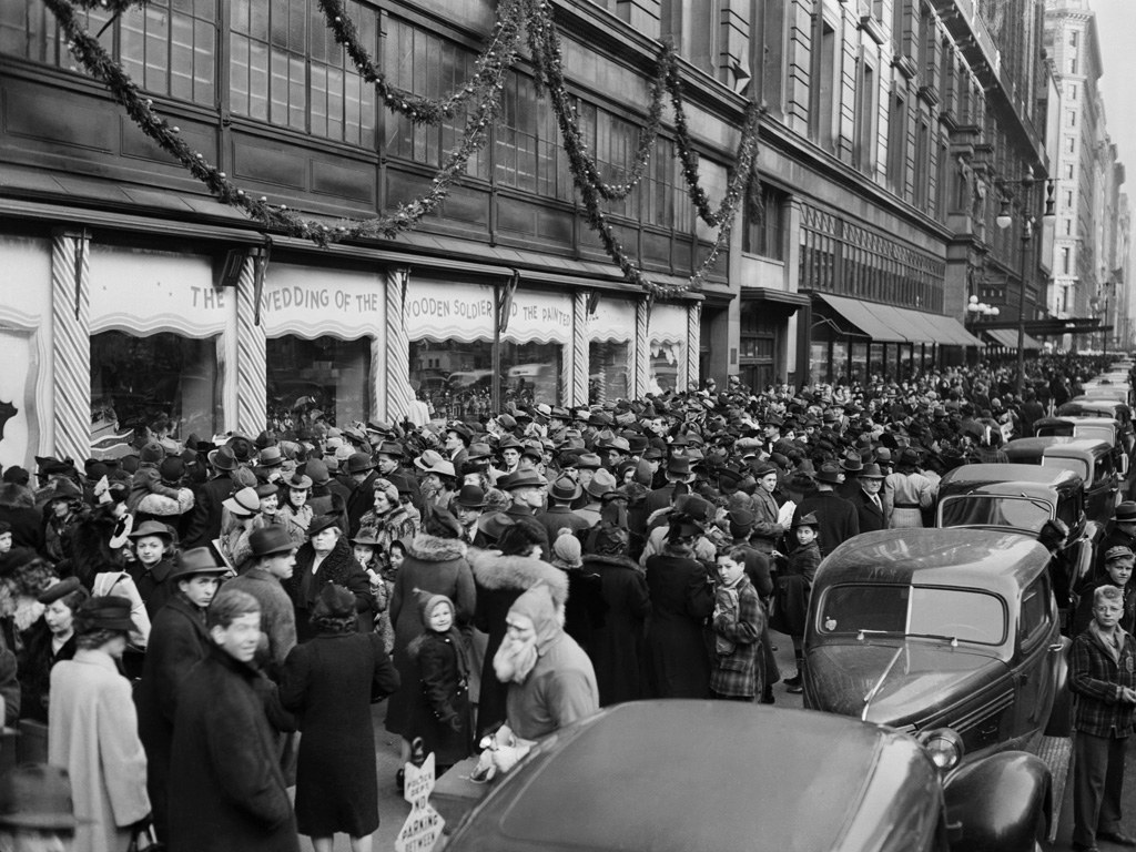 A crowd of people at the window unveiling in Manhattan, 1939