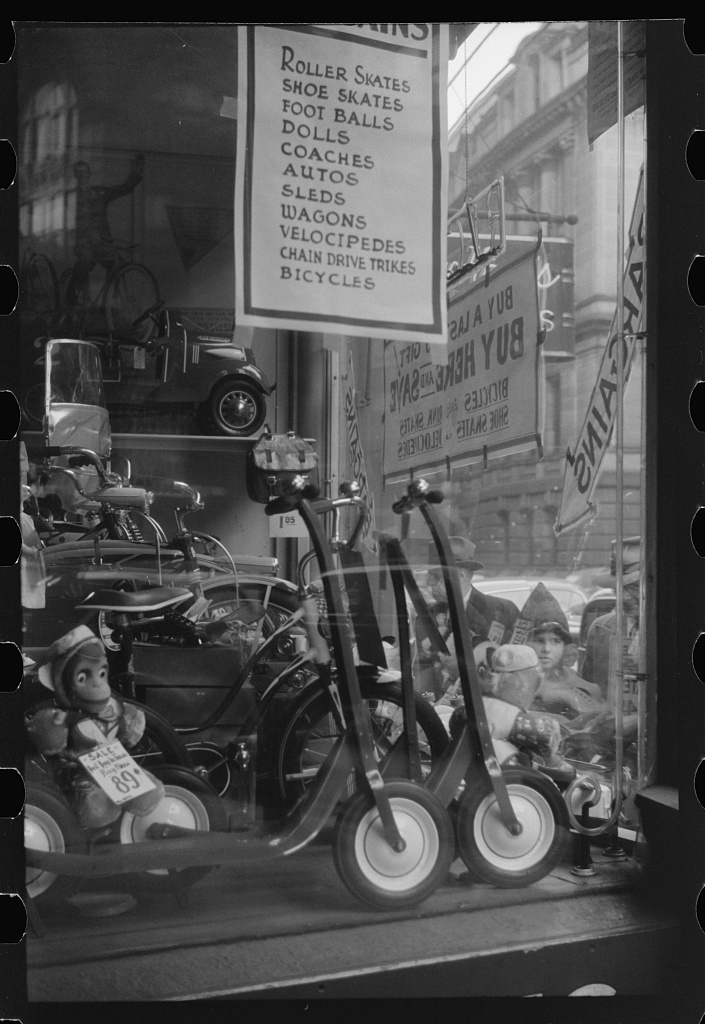 A window display for Christmas sale. Providence, Rhode Island, 1940 (Courtesy of Library of Congress)