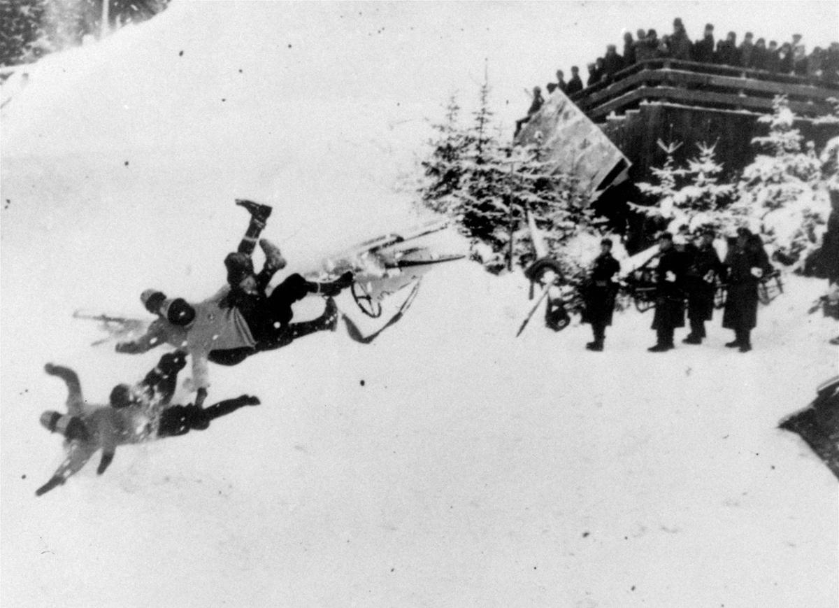 Epic fall! In the second elimination race of the Olympic four-man bobsled at the winter olympics in Germany in 1936. The Italian crew failed to take a curve and theycatapulted themselves into the air. Much ado about nothing, two of them were slightly hurt ...
