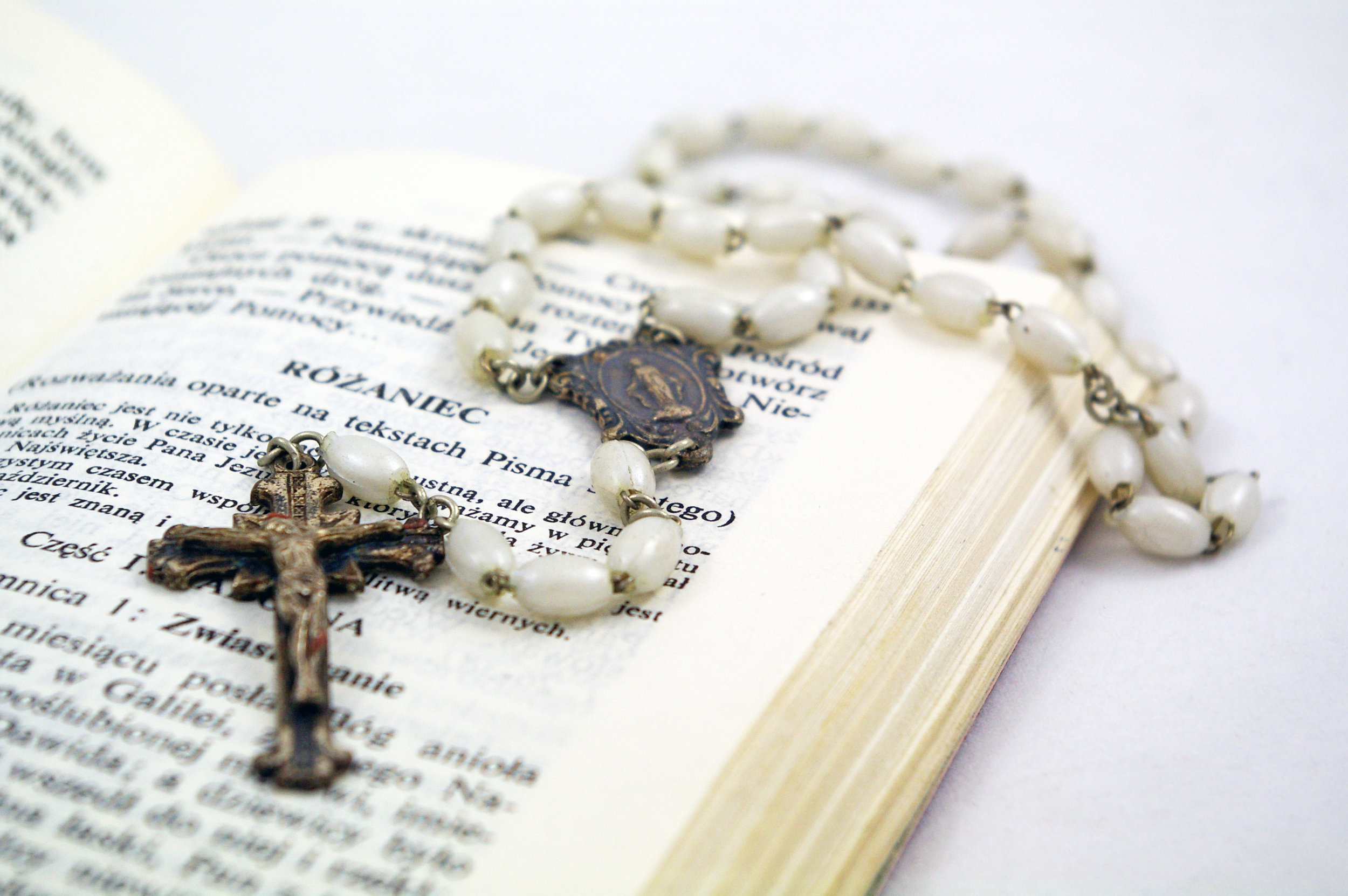 Rosary_on_Polish_Bible.jpg