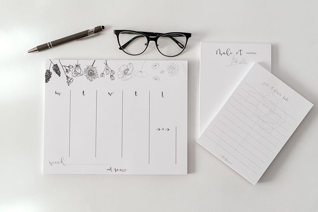 All the essentials to keep your week organized...meal planning, organizing all the things, remembering all the meetings and events. What do you use yours for? . . . 📷: @helengreydobrenski