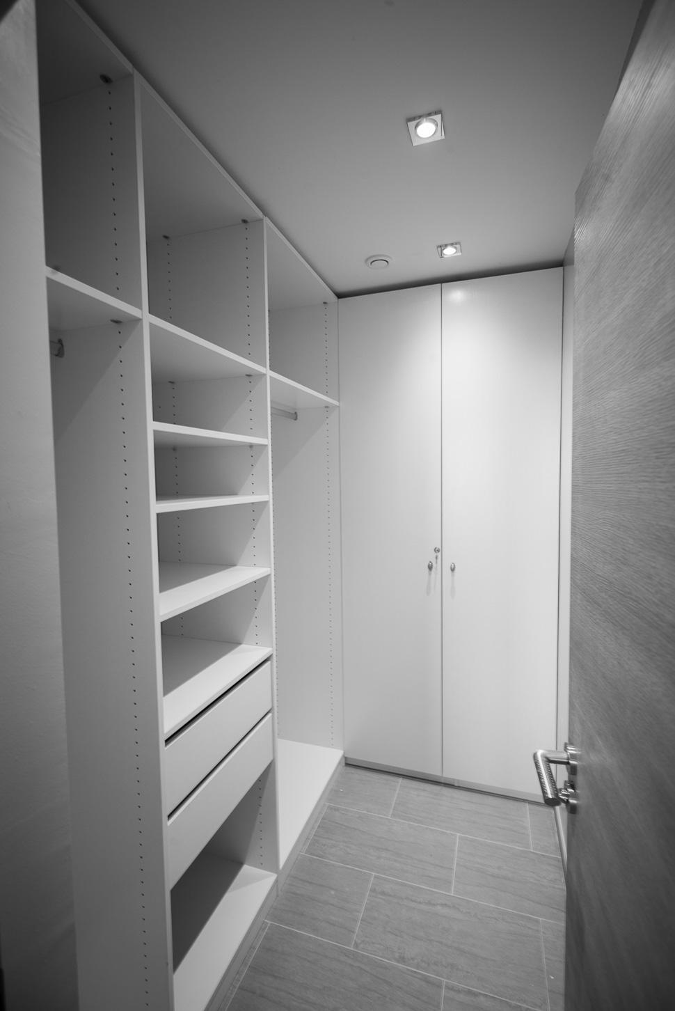 Walk-in Dressing Closet / Le Dressing