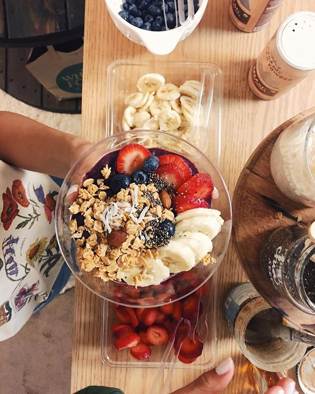 acai bowls are probably one of my favorite things on this planet. especially homemade acai with your friends! if ya haven't had one yet, first of all I'm really sorry and second, ya gotta get some right now! • • • • 📷: @_priscillalopez