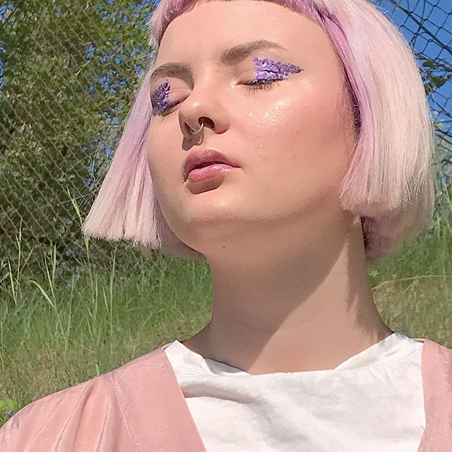 Tomorrow we are meeting in @funikulierius ✨ @vasketeria will be ready to decore your faces in paint & glitter 🎀 And this look is not only glittery but also made from plants, so 100 % biodegradable & planet friendly 🌈 In depth review coming soon!