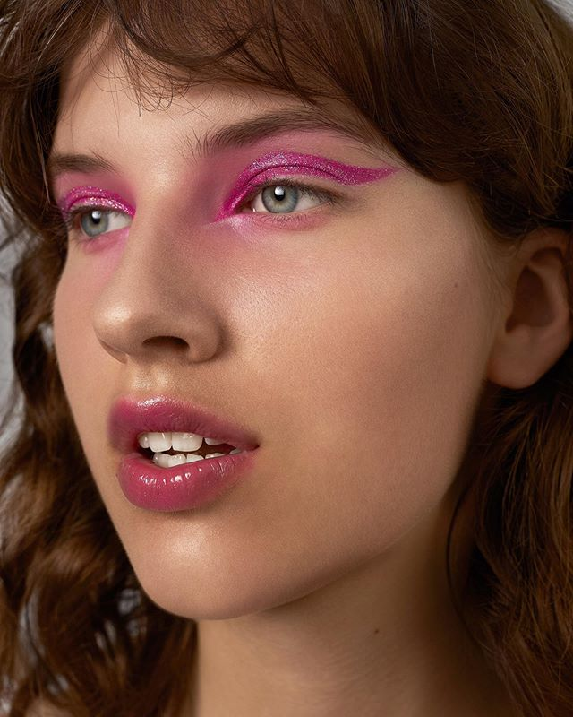 Speaking about glitter obsession, how about wearing it as accent colour for special ocations? 💗✨Fun & bright look for @saulemois photo @laurynas.simkus  Getting ready for special event? Hit us up DM for personal makeups & workshops!✨