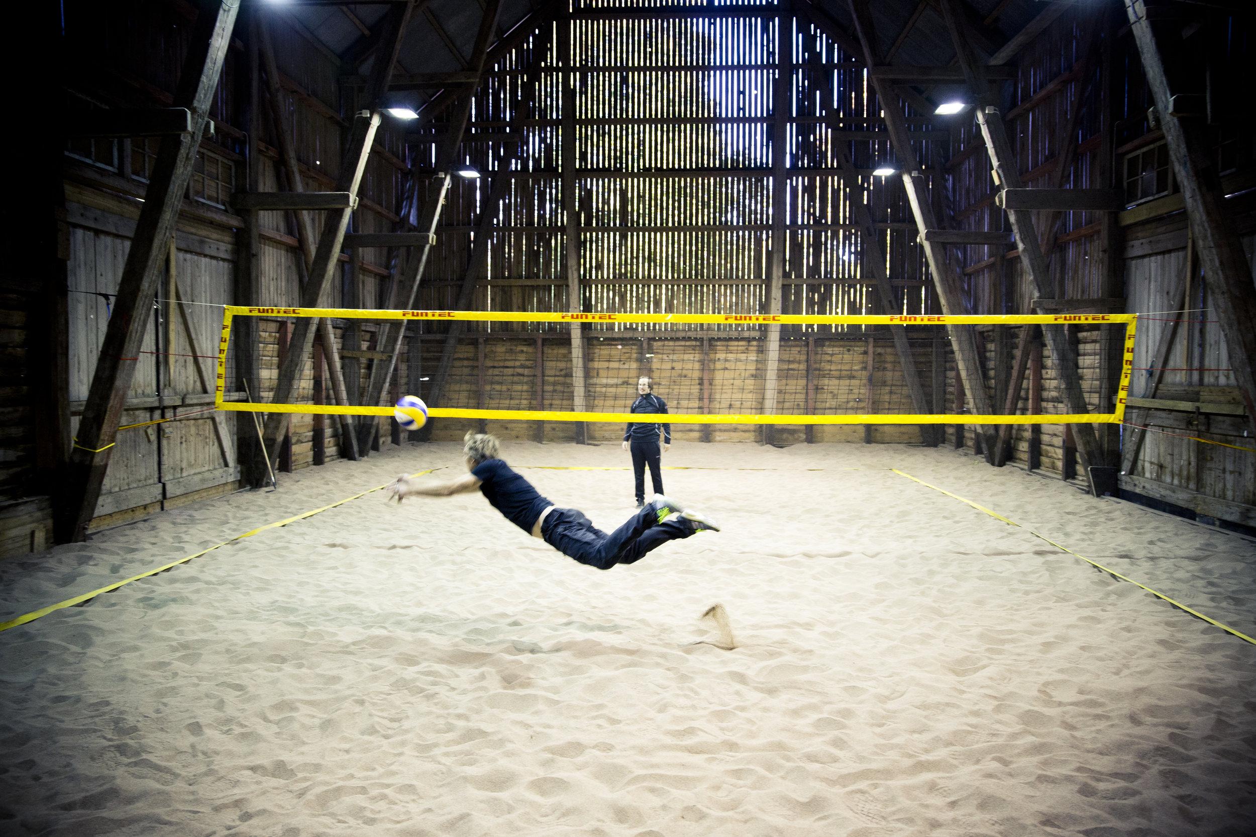 BOKA LADAN Är ni det allra minsta sportiga så missa inte Ladan. Här kan ni spela beachvolleyboll, fotboll och badminton. Eller boule då kanske.