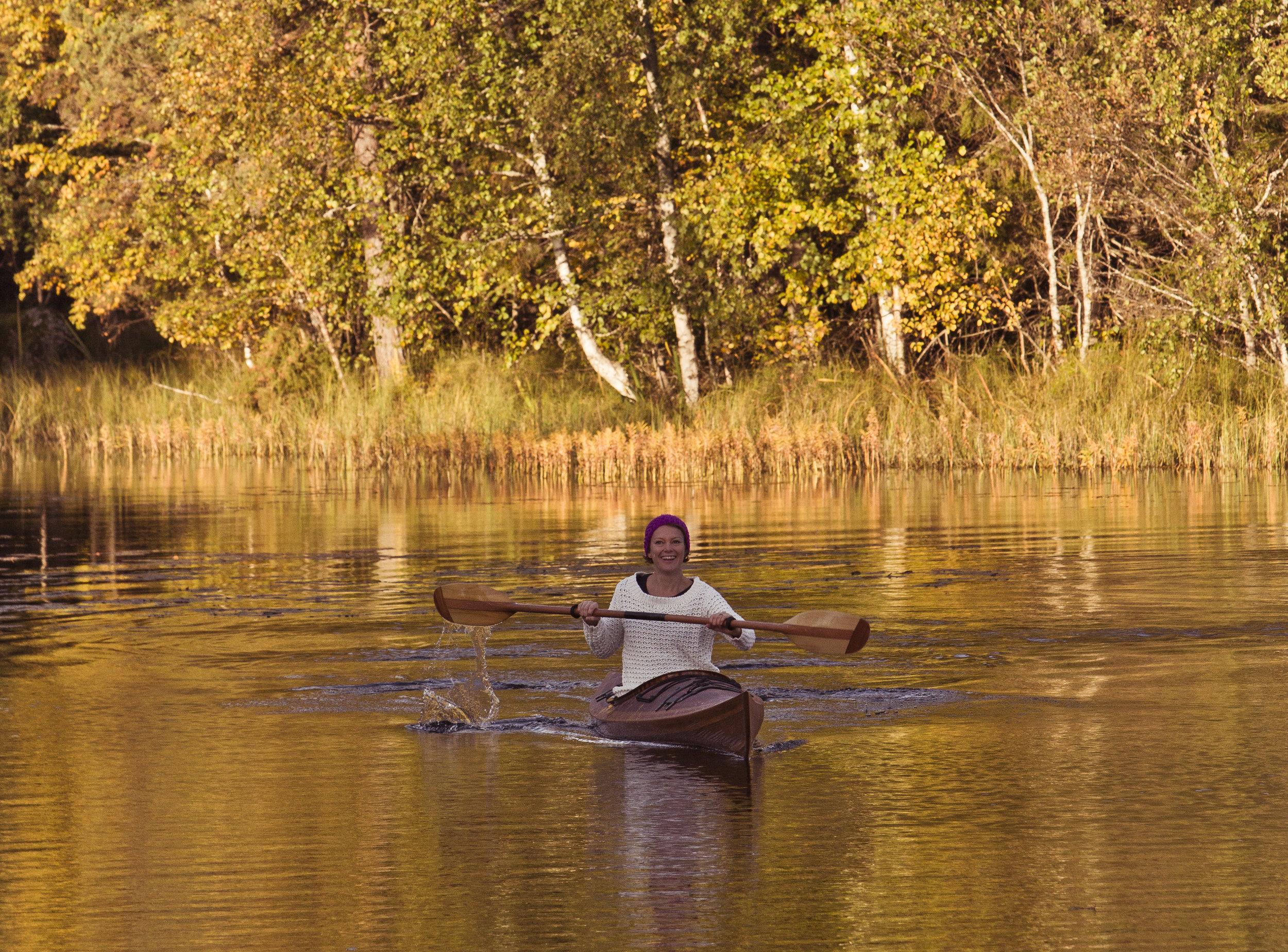 PADDLA KAJAK Paddla i sjön intill huset. Det finns fyra kajaker att låna, bra för nybörjare att starta här.