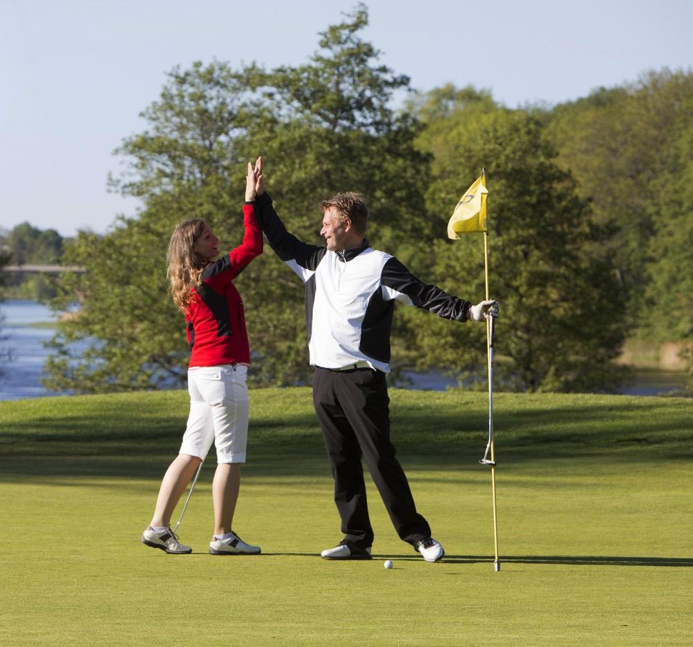 GOLF Golfbanan ligger 7 km från Susannas, utsikten gör det till en njutning även för icke golfare.