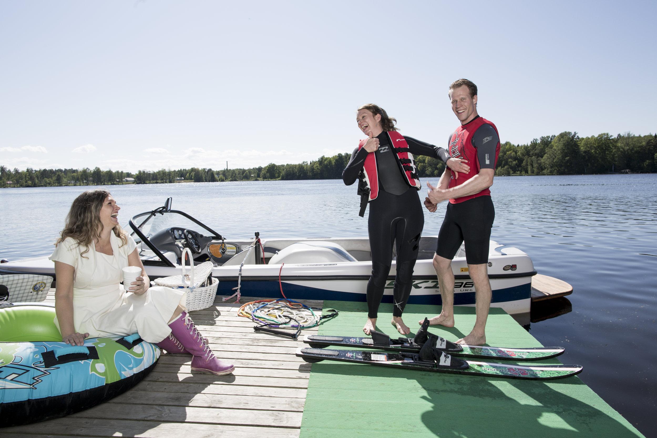 VATTENSKIDOR Vattenskidåkning är en populär möhippeaktivitet, det går att åka däck med..
