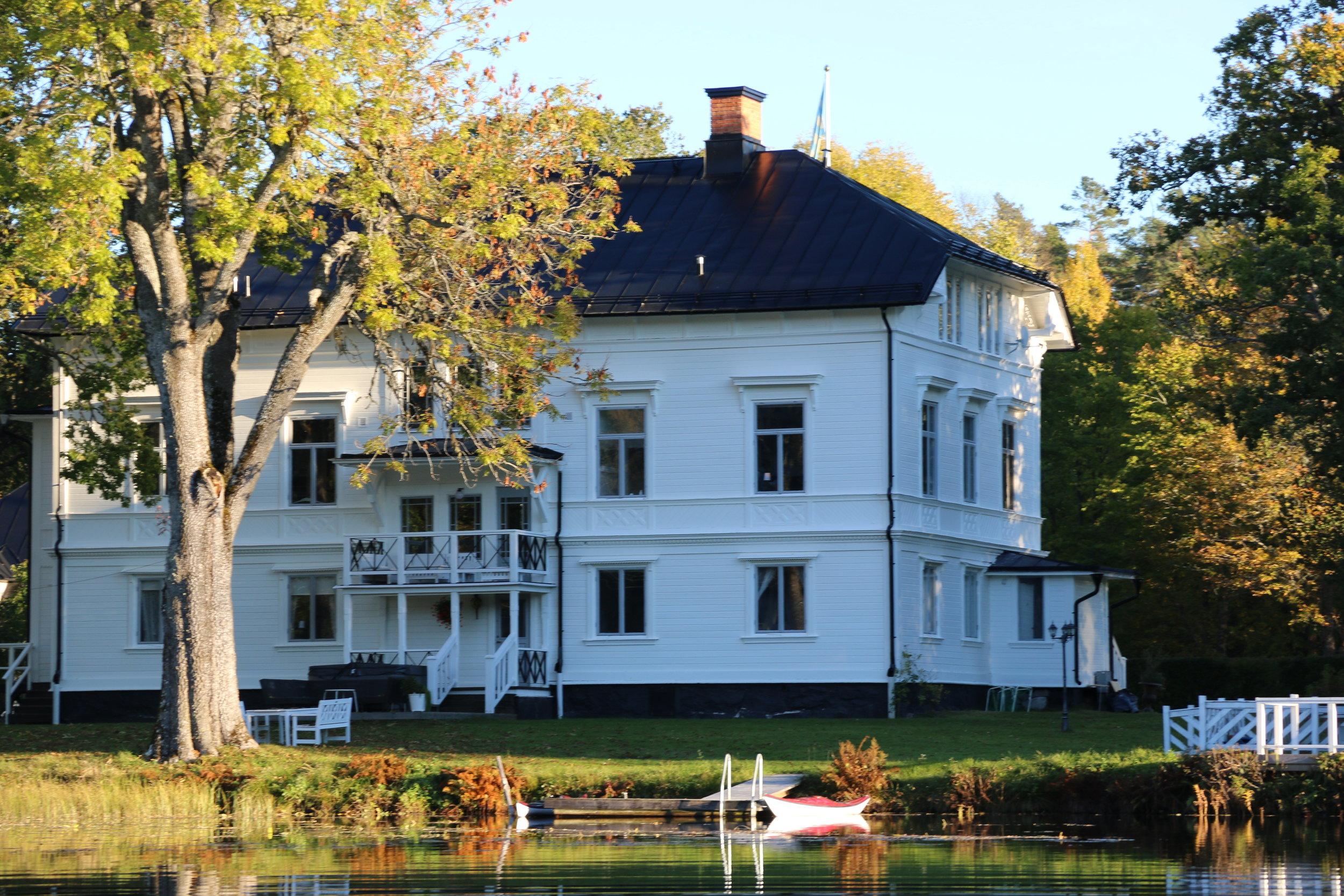 Husets baksida vetter mot sjön