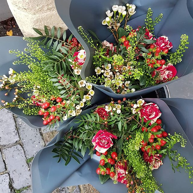 I've remembered to post a picture of the flowers this week! That's a good start! Just £10 for a bunch! 😊❤ #thefalconsnest #painswick #giftshop #shoplocal #Christmas #cotswolds #thecotswolds #lovelocal #supportsmall #flowers #freshflowers #pretty #smallbiz  #roses #lovepainswick #buysmall #cardshop #cards #gifts #bouquets