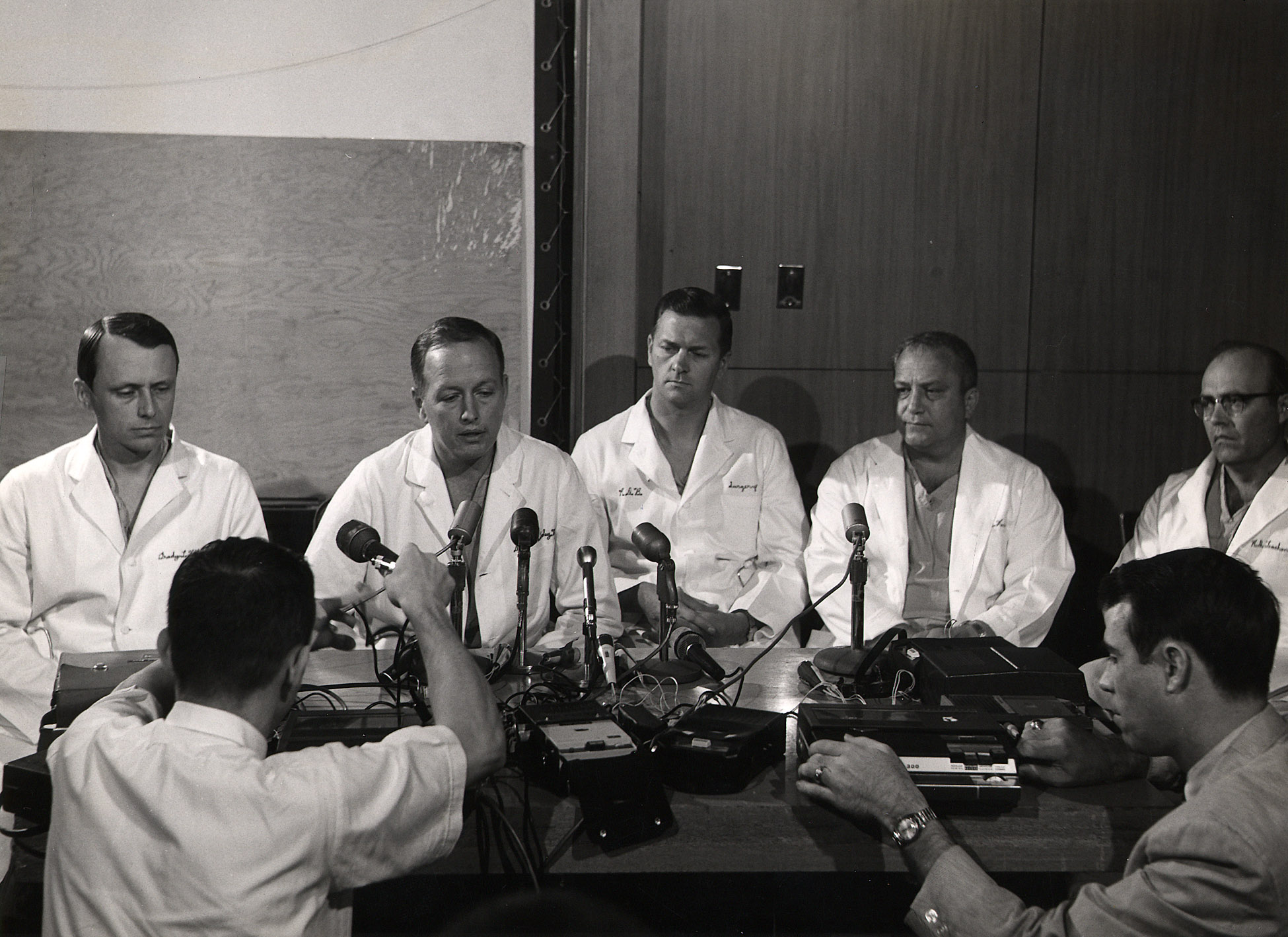 Dr. Cooley at a press conference with his colleagues at St. Luke's Episcopal Hospital after Everett Thomas's transplant operation, which was the first successful heart transplant in the United States. (L-R) Grady Hallman, Denton A. Cooley, Robert Bloodwell, Arthur Keats, Arthur Keats and Robert Leachman.