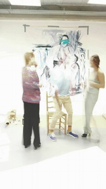 Isabel, artist Johan Baggio and María during a live painting session @ gallery Vriend van Bavink