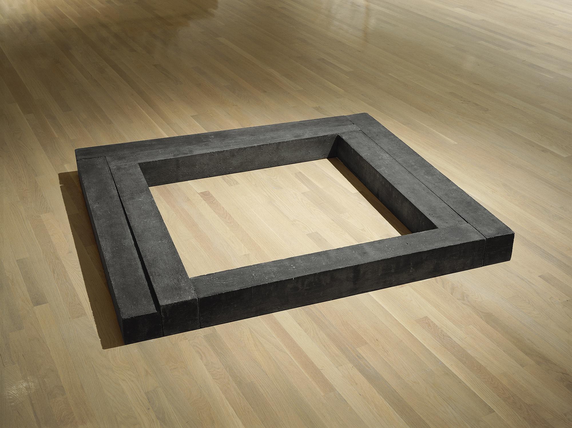 Quadrature (1978)   Ciment, 14 x 164 x 144.6 cm, collection du Musée d'art contemporain de Montréal.photo : Richard-Max Tremblay