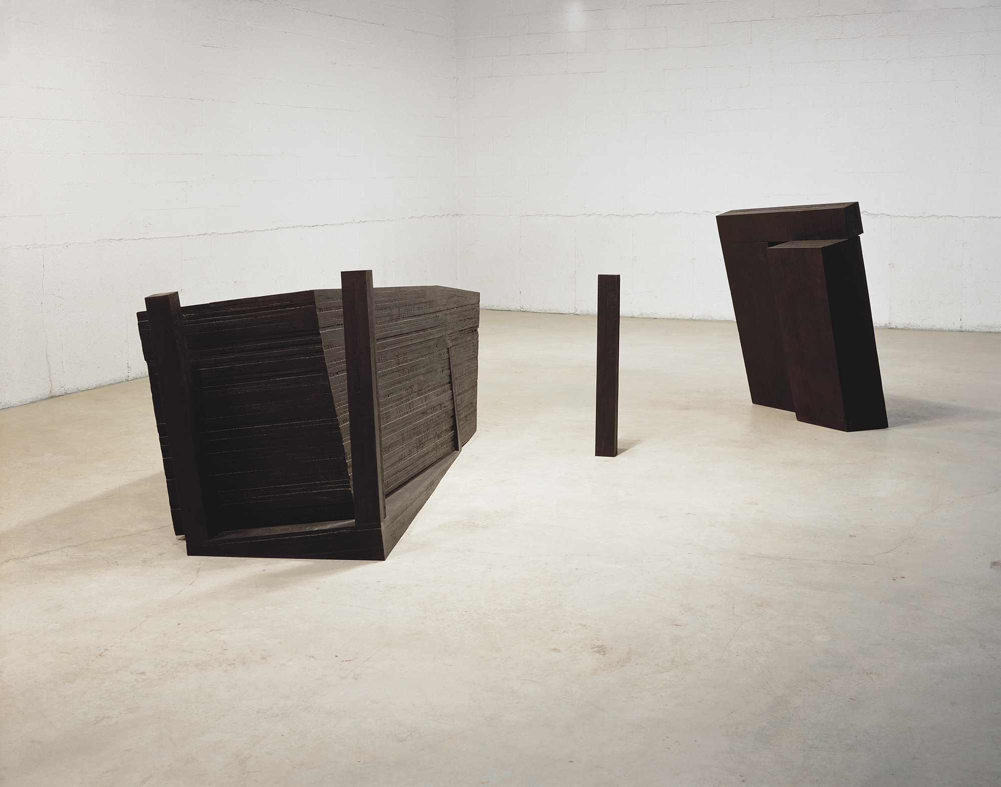 Sombre, dans l'étendue  (1989)   Bois polychrome, 151 x 493 x 234 cm, collection du Musée des beaux-arts de Montréal. photo : Richard-Max Tremblay