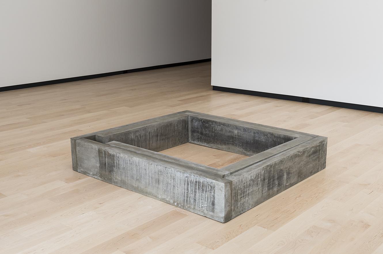 Sans (1979)    Béton armé,28.7 x 162 x 144 cm, collection du Musée national des beaux‑arts du Québec. photo : Idra Labrie