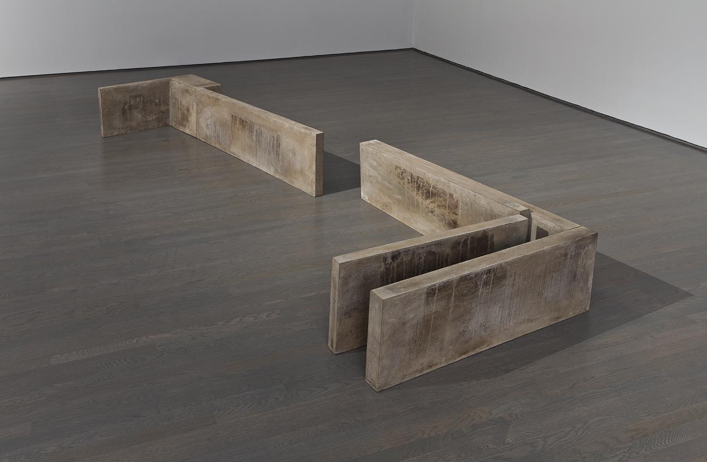 Des ombres dans les angles (1981 - 1982)    Ciment, 42 x 96 x 352 cm, collection de l'artiste. photo : Richard-Max Tremblay