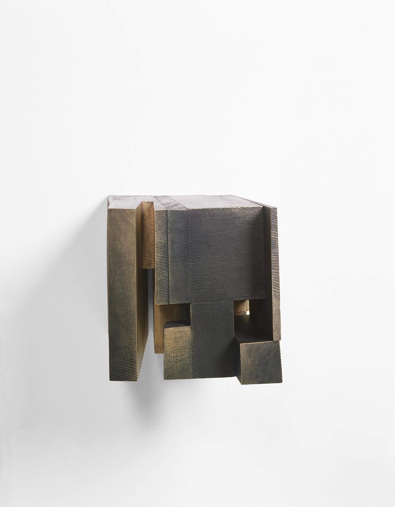 Demeure VII ( 2002)   Bois polychrome, 19.5 x 19 x 23.5 cm, collection de l'artiste. photo : Richard-Max Tremblay