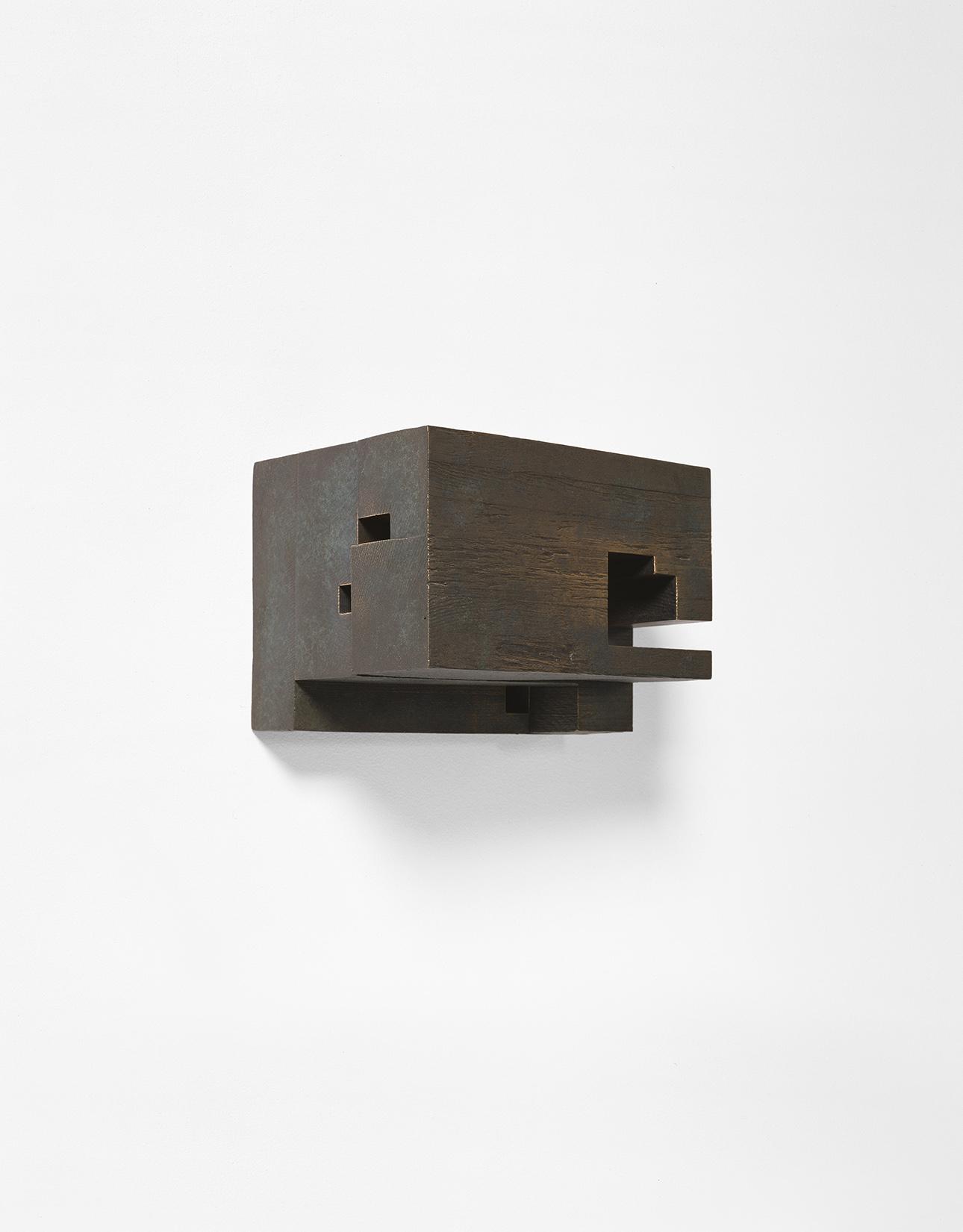 Demeure V  (2001)   Bronze oxydé, 16 x 22 x 17 cm, collection de l'artiste. photo : Richard-Max Tremblay