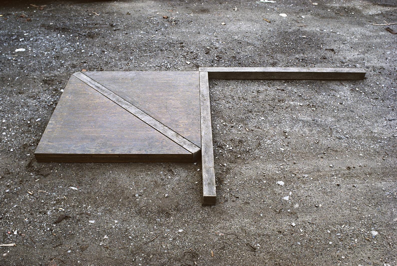 3 éléments identiques  (1977)   Contreplaqué, ciment, 7.6 x 190.5 x 304.8 cm. photo : G. Szilasi