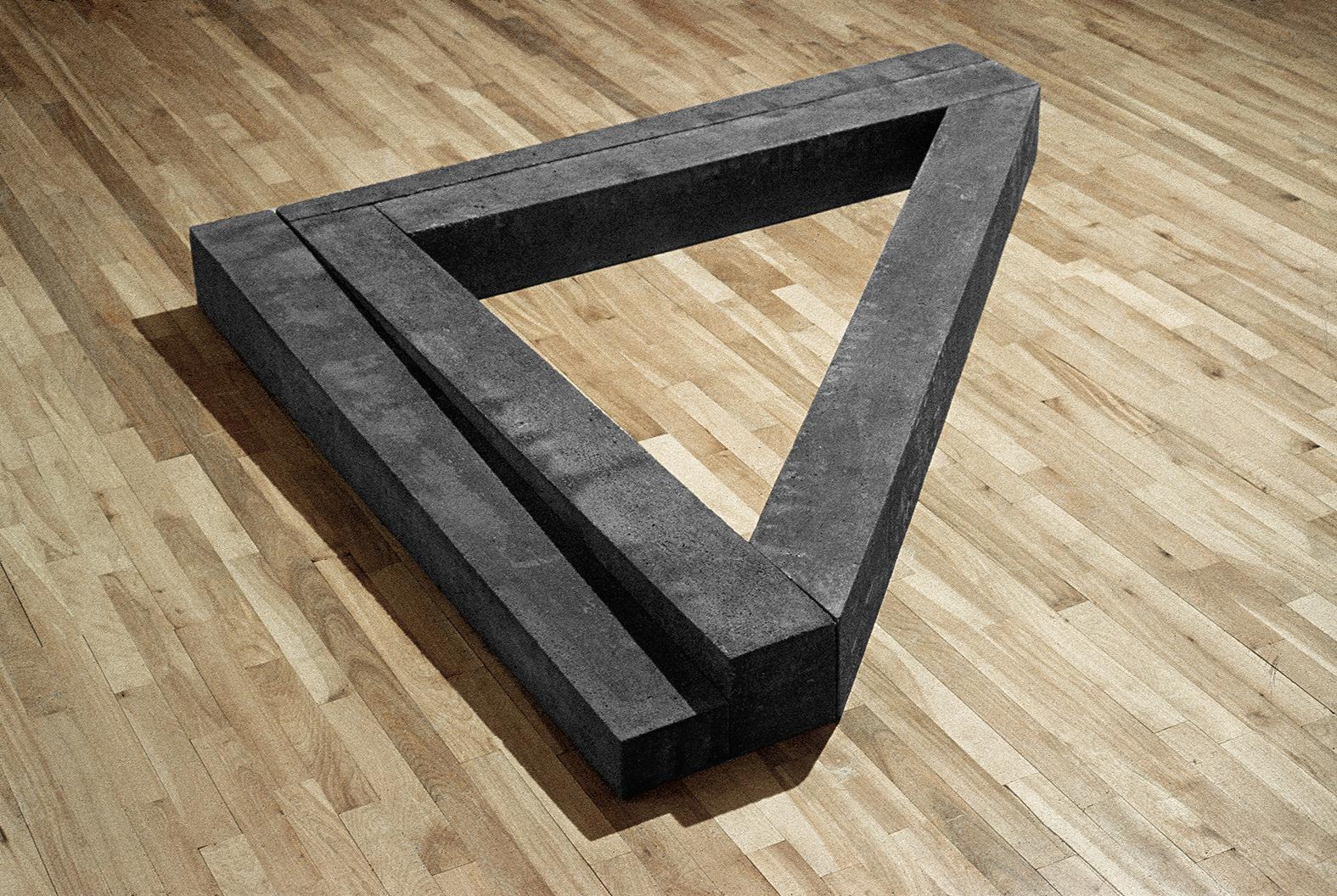 Angulaire  (1978)   Ciment, 14 x 143 x 172 cm, Collection du conseil des arts du Canada. photo : G. Szilasi
