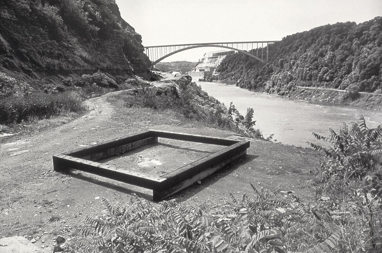 Artpark (1977)   Sapin de Douglas, créosote, 61 x 563 x 593 cm, Musée des beaux-arts du Canada. photo : Andrew L. Strout of Artpark and Company