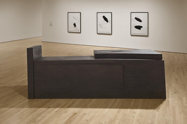 Sombre  (1986)   Bois polychrome, 113 x 90 x 311 cm, collection du Musée des beaux-arts du Canada